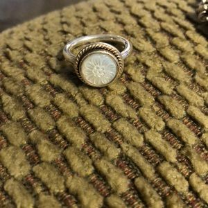 Pandora ring with mother of pearl